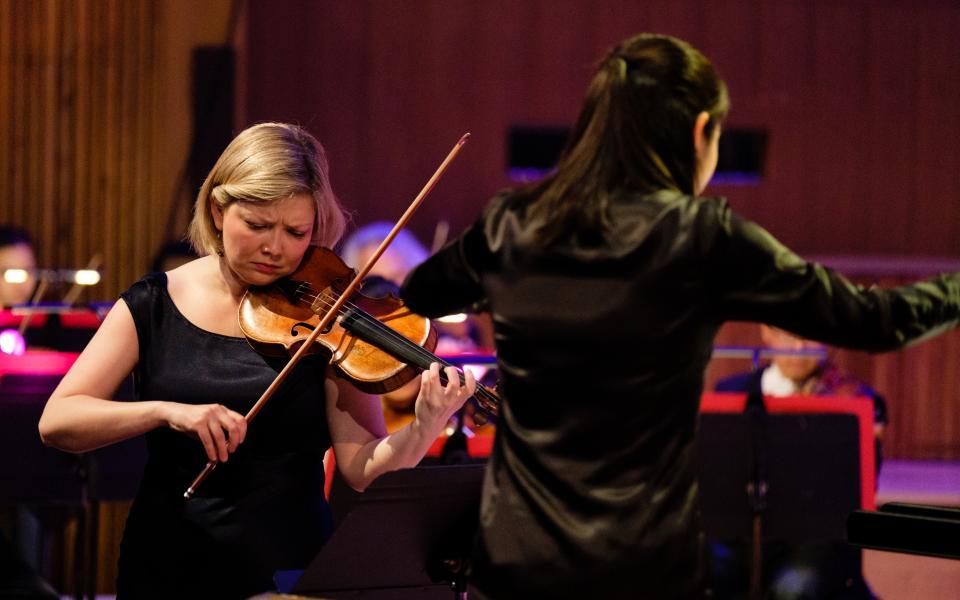 Alina Ibragimova performing with the Philharmonia